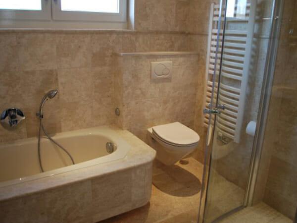 Badkamers marne natuursteen - Bruine en beige badkamer ...